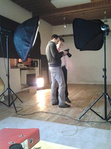 Fotograf a člen tímu porovnávajú výsledok fotenia