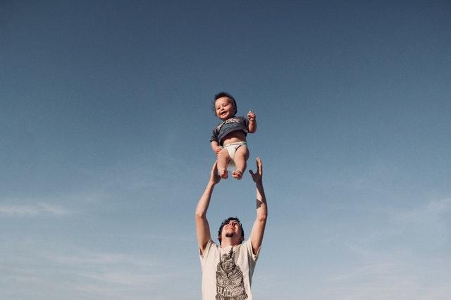 Osamelý otec na materskej má nárok na materskú 31 týždňov